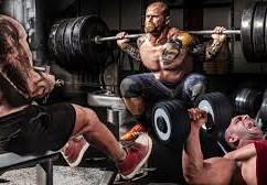 trois hommes qui font de la musculation